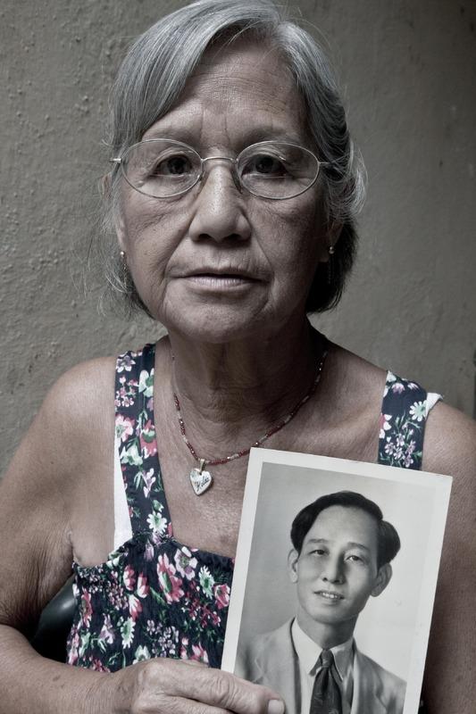 Hilda Chiu muestra una fotografía